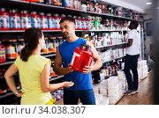 Купить «woman choosing diet and sports supplements and consulting seller», фото № 34038307, снято 13 июля 2020 г. (c) Яков Филимонов / Фотобанк Лори
