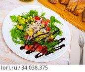 Купить «Salad with avocado, tomato, green arugula and onion in balsamic», фото № 34038375, снято 2 июля 2020 г. (c) Яков Филимонов / Фотобанк Лори