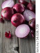Купить «red onions on rustic wood», фото № 34038739, снято 29 июля 2019 г. (c) Nataliia Zhekova / Фотобанк Лори