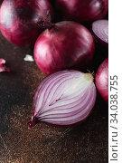 Купить «red onions. Red onion halves. Food Ingredients», фото № 34038755, снято 29 июля 2019 г. (c) Nataliia Zhekova / Фотобанк Лори
