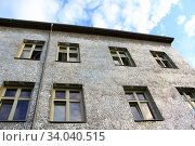 Купить «Building with mirrored walls. Facade of building made of mirror fragments. walls of house are covered with mirror pieces. Windows of building with walls made from mirror. Unusual design of house.», фото № 34040515, снято 17 августа 2019 г. (c) age Fotostock / Фотобанк Лори