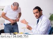 Купить «Patient suffering from diabetes visiting doctor», фото № 34045751, снято 3 октября 2019 г. (c) Elnur / Фотобанк Лори