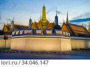 Купить «Вечерние сумерки у стен королевского дворца. Бангкок, Таиланд», фото № 34046147, снято 3 января 2017 г. (c) Виктор Карасев / Фотобанк Лори