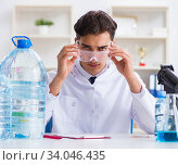 Lab assistant testing water quality. Стоковое фото, фотограф Elnur / Фотобанк Лори