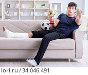 Man with broken leg recovering at home. Стоковое фото, фотограф Elnur / Фотобанк Лори