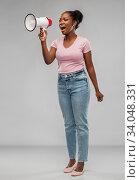 Купить «african american woman over grey background», фото № 34048331, снято 26 января 2020 г. (c) Syda Productions / Фотобанк Лори