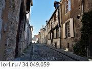 Весёлая улица - типичная старинная улочка провинциального города Буржа. Rue Joyeuse. Bourges, France (2017 год). Стоковое фото, фотограф Вера Смолянинова / Фотобанк Лори