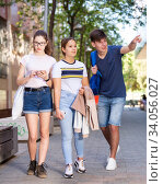 Купить «Guy points out something interesting to two girls», фото № 34056027, снято 30 июня 2020 г. (c) Яков Филимонов / Фотобанк Лори
