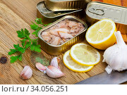 Tin can of natural tuna belly with lemon, garlic and parsley. Стоковое фото, фотограф Яков Филимонов / Фотобанк Лори
