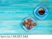 Чай и домашние шоколадные конфеты из фиников с орехами на синем деревянном столе. Вид сверху. Место для текста. Стоковое фото, фотограф Наталья Гармашева / Фотобанк Лори