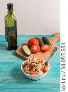 Купить «Приготовление салата с маслом из сезонных овощей», фото № 34057551, снято 7 июня 2020 г. (c) Наталья Гармашева / Фотобанк Лори