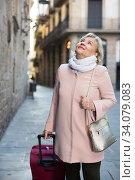 Cheerful woman with baggage in scarf. Стоковое фото, фотограф Яков Филимонов / Фотобанк Лори