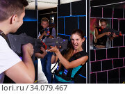 Young people playing laser tag. Стоковое фото, фотограф Яков Филимонов / Фотобанк Лори