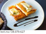 Catalan focaccia with caramelized onion, bacon, Brie cheese. Стоковое фото, фотограф Яков Филимонов / Фотобанк Лори