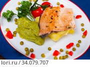Купить «Grilled fillet of trout with potato mash and guacamole», фото № 34079707, снято 7 июля 2020 г. (c) Яков Филимонов / Фотобанк Лори