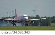 Купить «EasyJet Airbus A319 landing», видеоролик № 34080343, снято 26 июля 2017 г. (c) Игорь Жоров / Фотобанк Лори