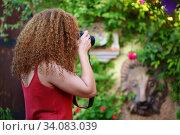 Купить «Девушка фотографирует городской пейзаж», фото № 34083039, снято 23 июня 2020 г. (c) Марина Володько / Фотобанк Лори
