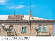 Купить «Red tile roof and TV antenna above the house», фото № 34083987, снято 11 июня 2018 г. (c) Константин Лабунский / Фотобанк Лори