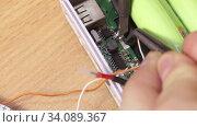 Купить «Пайка провода к печатной плате», видеоролик № 34089367, снято 26 июня 2020 г. (c) Алексей Букреев / Фотобанк Лори