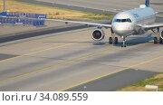 Купить «Lufthansa Airbus 320 taxiing», видеоролик № 34089559, снято 19 июля 2017 г. (c) Игорь Жоров / Фотобанк Лори
