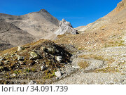 Der Piz Blaisun (Kalkgestein) zuhinterst im Val d'Es-cha. Im Tal eine graue Formation aus Rauwacke und Dolomit-Gestein. Стоковое фото, фотограф Fredy Joss / age Fotostock / Фотобанк Лори