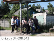 Купить «Люди на остановке, окраина города Клинцы», эксклюзивное фото № 34098543, снято 24 июня 2020 г. (c) Дмитрий Неумоин / Фотобанк Лори
