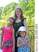 Семейный портрет мамы с дочками на мостике в летний день. Стоковое фото, фотограф Ирина Борсученко / Фотобанк Лори