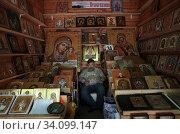 Купить «Вернисаж в Измайлово, торговец иконами», эксклюзивное фото № 34099147, снято 27 июня 2020 г. (c) Дмитрий Неумоин / Фотобанк Лори