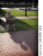 Купить «Балашиха, пенсионерка читает газету», эксклюзивное фото № 34099163, снято 26 июня 2020 г. (c) Дмитрий Неумоин / Фотобанк Лори