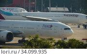 Купить «Airplane turn runway before departure», видеоролик № 34099935, снято 28 ноября 2016 г. (c) Игорь Жоров / Фотобанк Лори