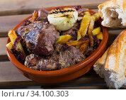 Купить «Cooked braised tenderloin of beef with potatoes and onions at clay pot», фото № 34100303, снято 10 июля 2020 г. (c) Яков Филимонов / Фотобанк Лори