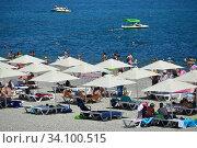 Городской пляж курорта Геленджик, сезон 2020. Редакционное фото, фотограф Игорь Архипов / Фотобанк Лори