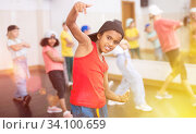 Купить «Kids training hip hop in dance studio», фото № 34100659, снято 30 июня 2020 г. (c) Яков Филимонов / Фотобанк Лори