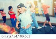 Купить «Kids training hip hop in dance studio», фото № 34100663, снято 30 июня 2020 г. (c) Яков Филимонов / Фотобанк Лори