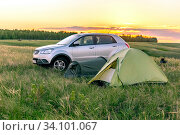 Купить «Russia Samara April 2020: Parking lot at the top of a hill on a field against the backdrop of a bright sunset.», фото № 34101067, снято 13 мая 2020 г. (c) Акиньшин Владимир / Фотобанк Лори
