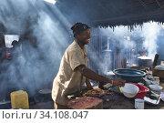 Cooking in a restaurant, between Fianarantsoa and Manakara. (2018 год). Редакционное фото, фотограф Josep Blanch Busom / age Fotostock / Фотобанк Лори
