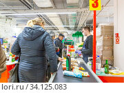 Russia Samara, March 2020: Payment for goods at the checkout in a supermarket. Редакционное фото, фотограф Акиньшин Владимир / Фотобанк Лори