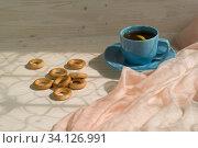 Сушки и чашка с чаем на столе. Стоковое фото, фотограф Наталья Гармашева / Фотобанк Лори