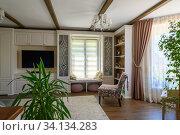 Купить «Classic brown and white living room interior», фото № 34134283, снято 27 июня 2020 г. (c) Сергей Старуш / Фотобанк Лори