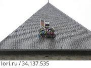 Feuerwehrübung, Höhenrettung, Mensch wird von Dach geborgen, bergisches Land, NRW, Deutschland. Стоковое фото, фотограф Zoonar.com/© Jens Schmitz / age Fotostock / Фотобанк Лори