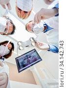 Zahnarzt Team in der Kieferchirurgie mit verschiedenen Handinstrumenten vor der Notfall Operation. Стоковое фото, фотограф Zoonar.com/Robert Kneschke / age Fotostock / Фотобанк Лори