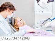 Zahnärztin oder Arzthelferin behandelt Kind als Patient in einer Zahnklinik oder Arztpraxis. Стоковое фото, фотограф Zoonar.com/Robert Kneschke / age Fotostock / Фотобанк Лори