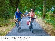 Купить «Mann, Frau, Paar, Radffahrer, frontal», фото № 34145147, снято 3 июля 2020 г. (c) easy Fotostock / Фотобанк Лори
