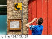 Купить «Ein Mann macht den öffentlichen Fernsprecher», фото № 34145439, снято 3 июля 2020 г. (c) easy Fotostock / Фотобанк Лори