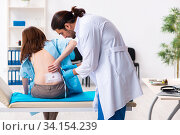 Injured young woman visiting young male doctor. Стоковое фото, фотограф Elnur / Фотобанк Лори