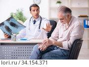 Купить «Young male doctor and old patient in antismoking concept», фото № 34154371, снято 9 сентября 2019 г. (c) Elnur / Фотобанк Лори