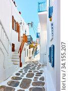 Street with whitewashed houses in Mykonos (2018 год). Стоковое фото, фотограф Роман Сигаев / Фотобанк Лори