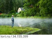 Купить «Рыбак ловит рыбу на фоне вечернего озера покрытого туманом», фото № 34155399, снято 17 июня 2020 г. (c) Игорь Низов / Фотобанк Лори
