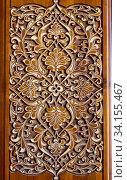 Красивые узоры, вырезанные из дерева на двери. Арабский дизайн. Стоковое фото, фотограф Рамиль Усманов / Фотобанк Лори