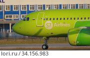 Купить «S7 Airbus A320 on runway 07 before departure», видеоролик № 34156983, снято 17 июня 2020 г. (c) Игорь Жоров / Фотобанк Лори